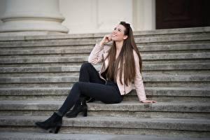 Обои Лестница Шатенки Сидящие Улыбается Куртка Ноги Джинсы Julia молодая женщина