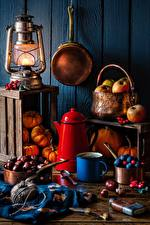Фотографии Чайник Яблоки Керосиновая лампа Тыква Каштан Нож Натюрморт Кружка