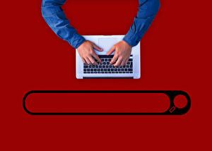 Картинка Клавиатура Руки Ноутбуки Красный фон