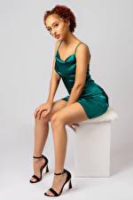 Фотографии Позирует Сидит Ног Платье Смотрят Негры Leisha молодая женщина