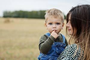 Фотографии Мать Размытый фон Двое Мальчики Смотрит Дети