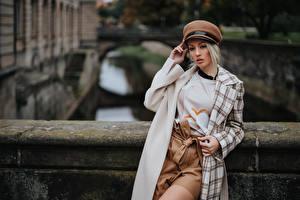 Обои для рабочего стола Блондинки Позирует Пальто Боке Шляпа Olya Alessandra девушка