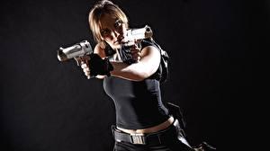 Картинки Пистолеты Косплей Серый фон Лара Крофт Руки девушка