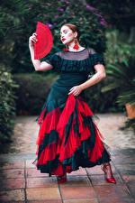 Фото Позирует Платья Веер Танцы молодая женщина