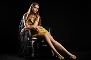 Фотографии Silvy Sirius Сидя Платья Платье Смотрит Взгляд Молодая женщина