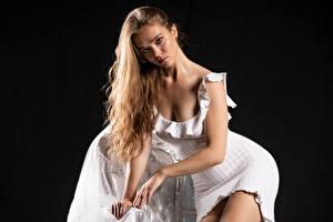 Картинки Silvy Sirius Модель Позирует Платье Взгляд Черный фон Девушки