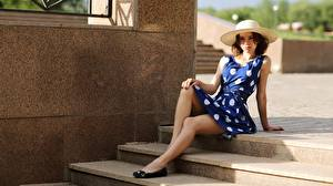 Фотографии Лестницы Шляпа Платье Сидя Ног молодая женщина