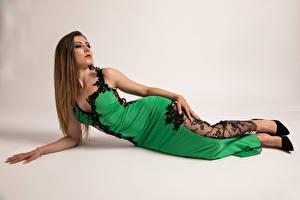 Картинка Модель Лежачие Платье Смотрят Поза Stefania