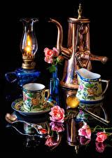 Фотография Натюрморт Керосиновая лампа Розы Черный фон Отражении Чашке Ложка