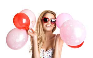 Картинки Белый фон Блондинки Очках Счастливые Воздушный шарик Руки Сердце молодые женщины