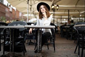 Картинки Сидящие Шляпы Смотрит Боке Стол Кафе Zoe Девушки